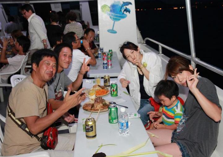 關島夜生活的暖場行程,就交給夕陽巡航晚宴吧。
