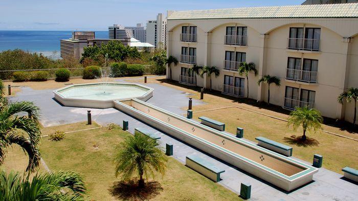 雖名為海景飯店但基本房型幾乎看不到海,除非頭伸到陽台外。