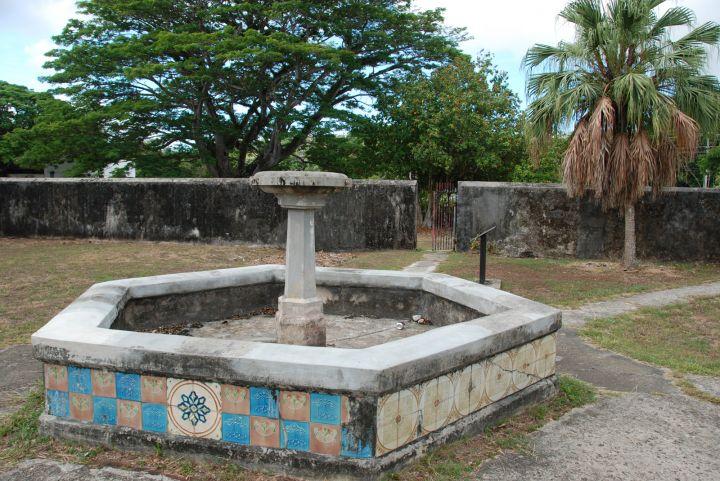 廣場內有包括總督宅邸、花園、巧克力屋、西班牙拱門等建築物。
