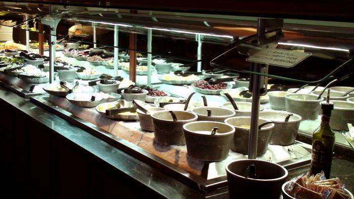 吧台上總是有滿滿的鮮鮮蔬菜和水果,琳瑯滿目。