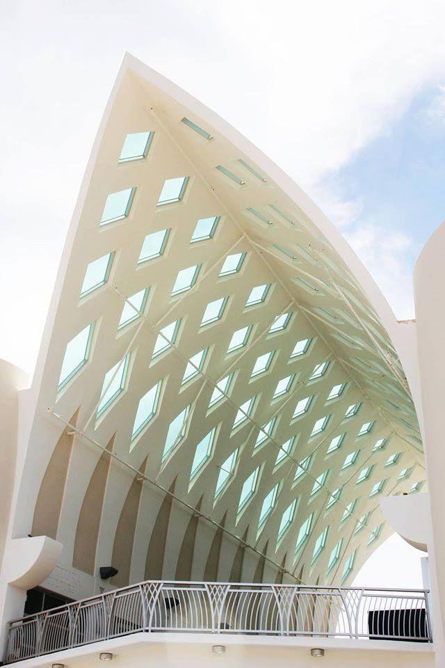 將關島傳統的編織縱橫交錯的幾何圖形,應用在屋頂設計上。