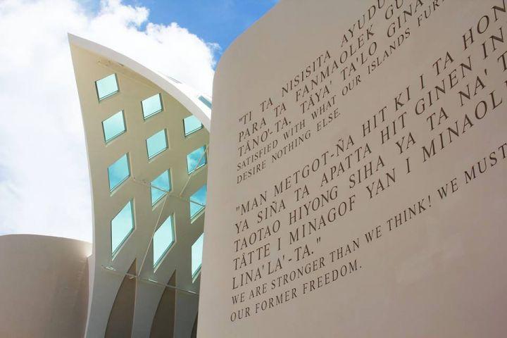 博物館建築外觀設計成一本翻開的書本,表達博物館乘載著許多關島的歷史。
