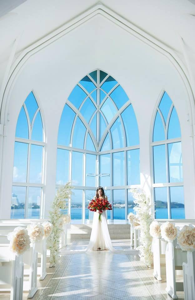 教堂內部伴隨著絢麗的陽光,藍天和碧海展現在你眼前。