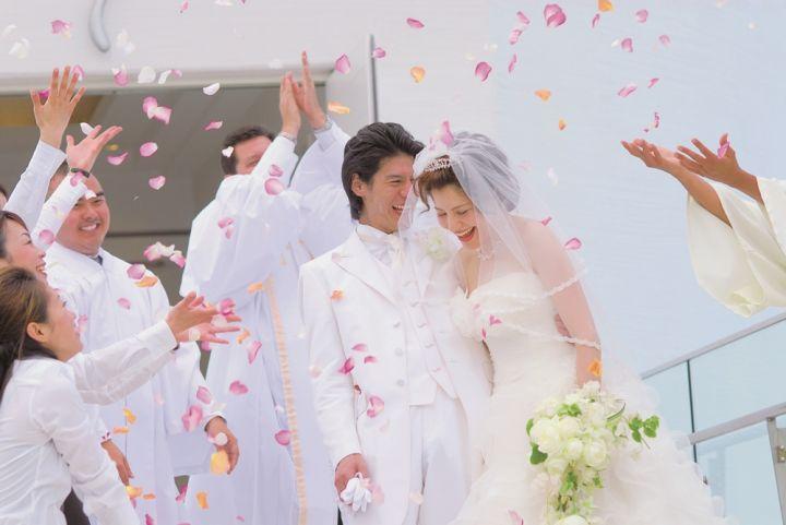 在婚禮最高潮,夢幻的白色羽毛雨從天而降。