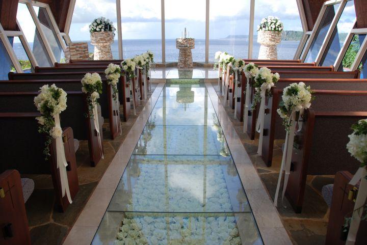 用玻璃、石頭與木頭為主的建材,一踏進教堂就感受到滿滿地原始自然風貌。