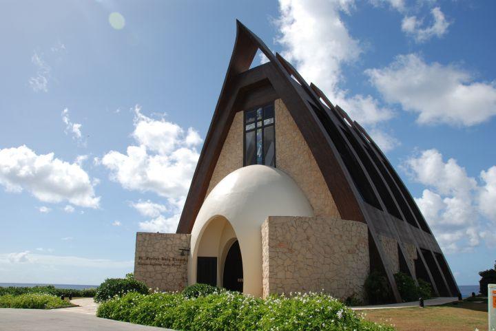 關島聖普羅帕斯教堂位於希爾頓飯店的美麗山丘上。